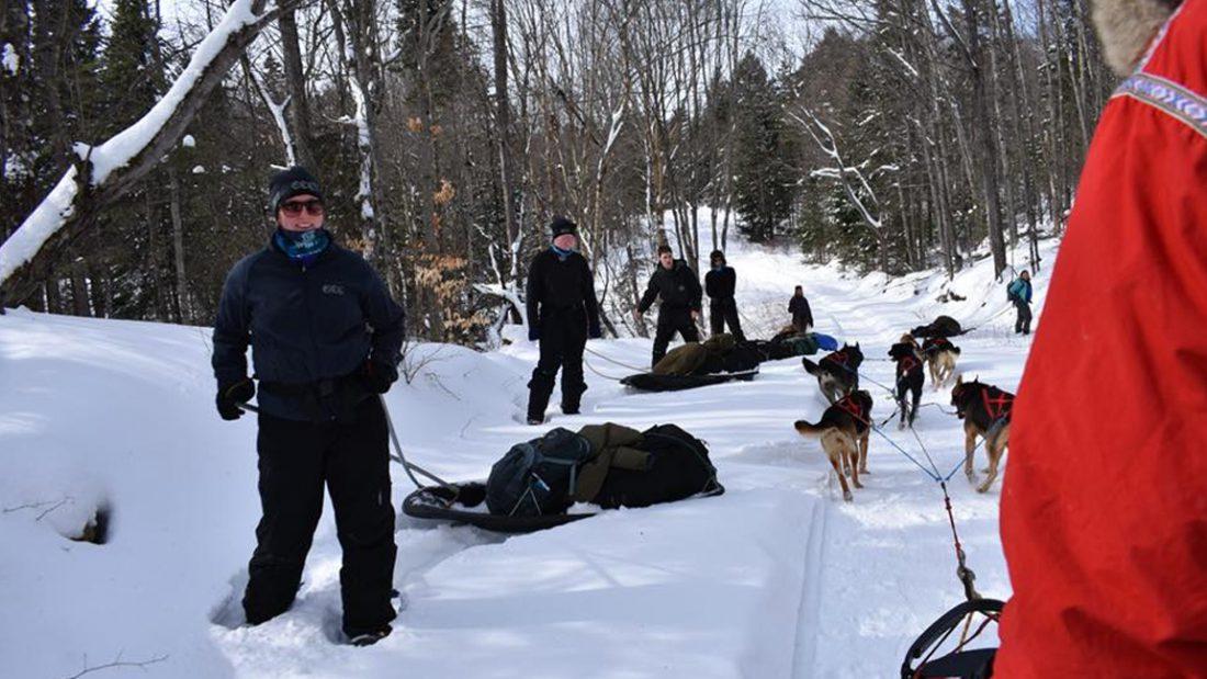 L'équipe en traîneaux à chiens rencontre l'équipe en raquettes.